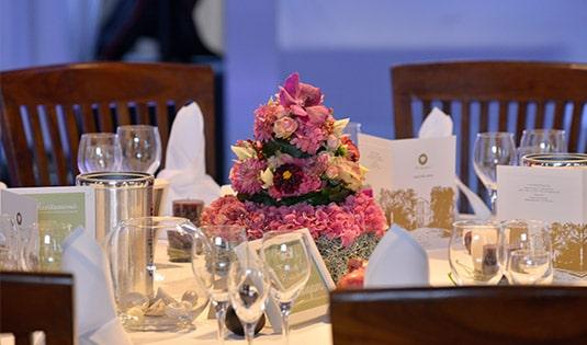 Feierlich gedeckter Tisch auf Gut Ringelsbruch im Restaurant Von Köppen